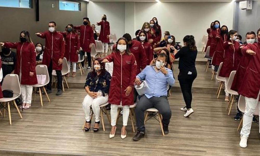 Alunos de odontologia da FINAMA participam da cerimônia do jaleco