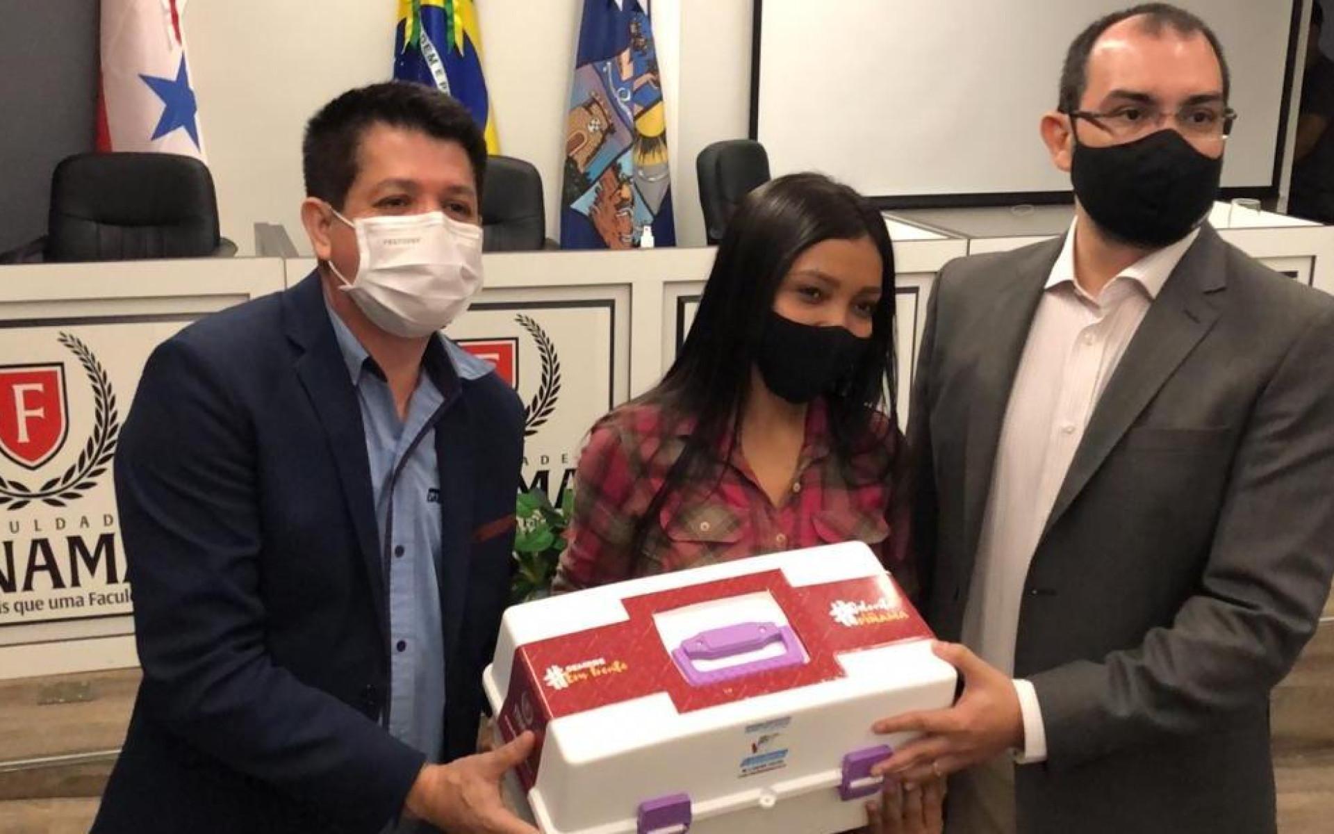 Alunos da FINAMA recebem kit com material para uso prático no curso de odontologia