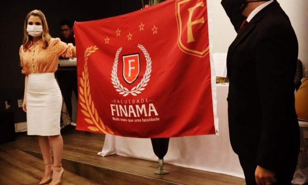 Diretor geral da FINAMA apresenta bandeira oficial da faculdade; veja o significado